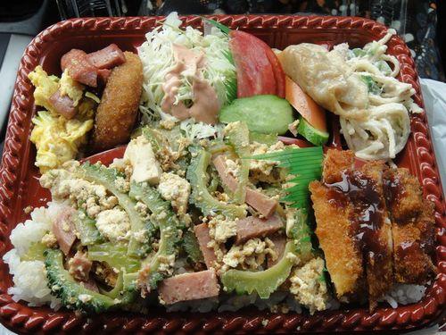 沖縄の弁当は、ご飯が見えないほどテンコ盛りなんです!