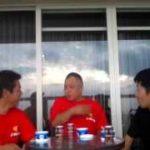 沖縄の魅力・沖縄の三線について語る、呼夢三線広め隊の3人。