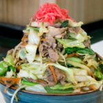 コレも沖縄県の文化?なかなか麺までたどり着けない「デカ盛り肉そば」