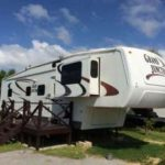沖縄で新感覚な宿泊施設、「ウッドペッカー今帰仁」のトレーラーハウス。